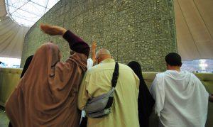 Pilgrims performing Rami in normal clothing during Ayyam al-Tashreeq