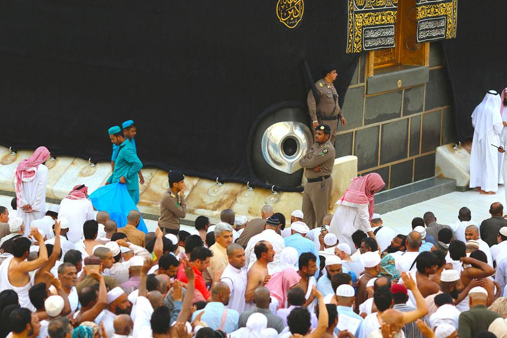Tawaf starts at al-Hajar al-Aswad